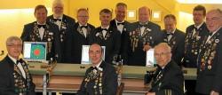 Einige Mitglieder der Schießabteilung in ihrer Schießanlage (vorne sitzend von links): Karl-Heinrich Belte (Gilde-Schützenmeister), Werner Mix (König der Schießabteilung) und Gebhard Gohla (Ehrenschützenmeister). Foto: Stobäus